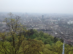 "The mountain hides the reality of the ""small"" town of Dujiangyan"